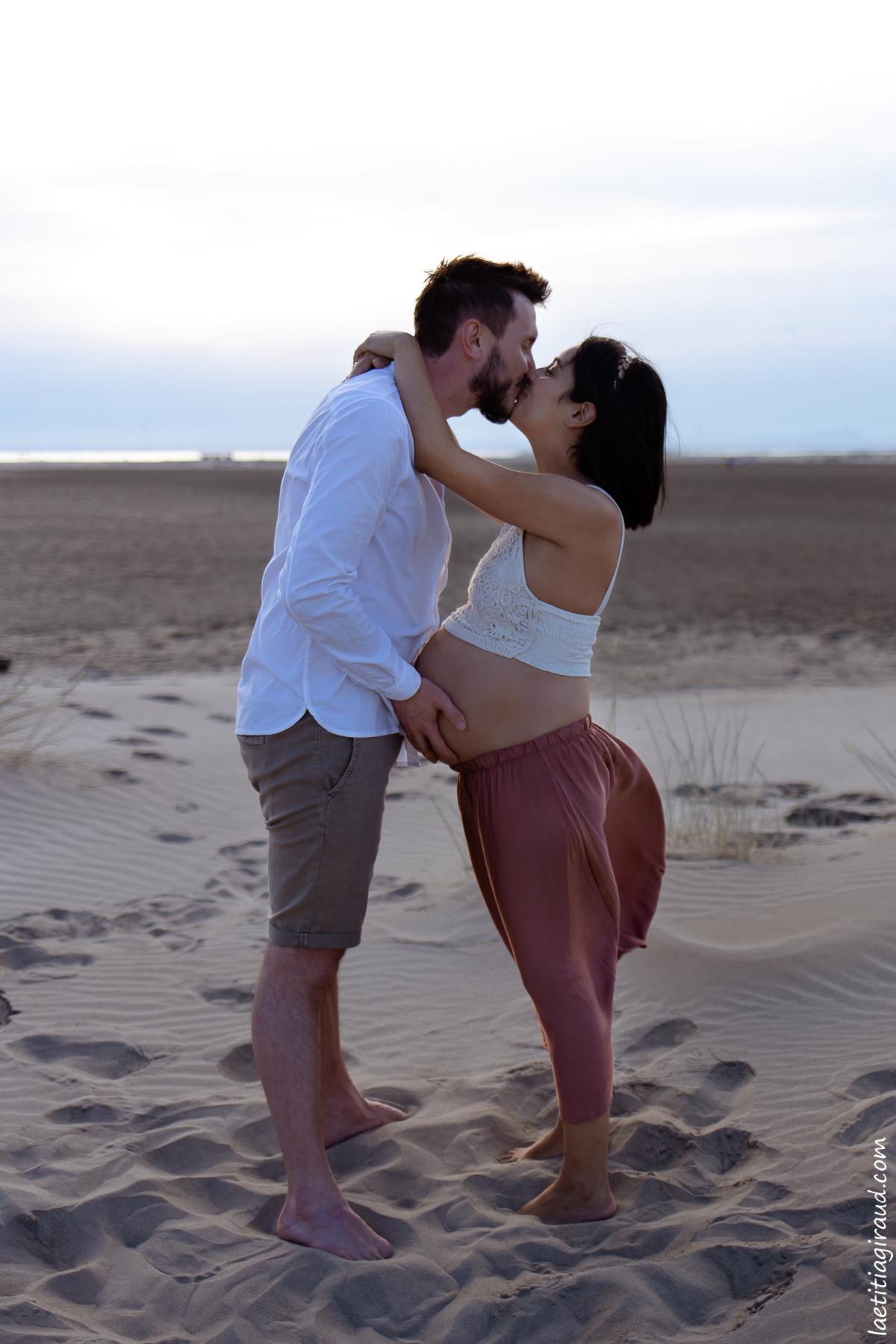 couple amoureux face à la mer