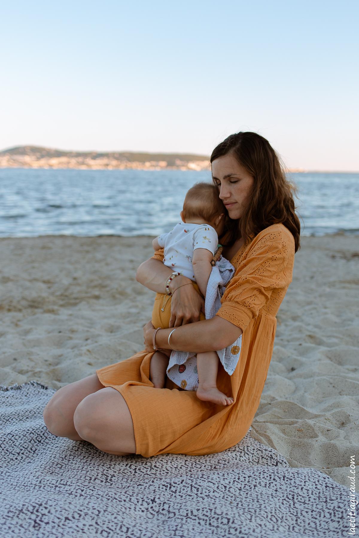 maman qui caline son nouveau né a la mer