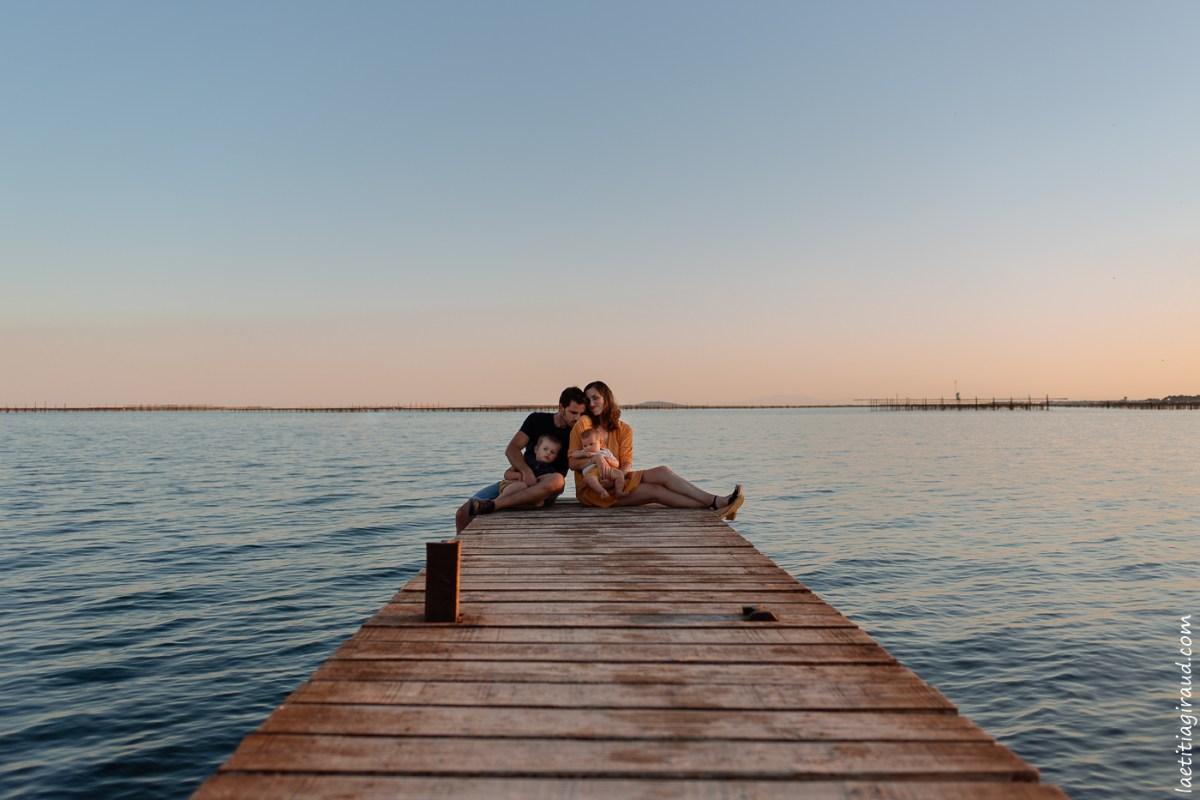 photo de famille sur un ponton a la mer