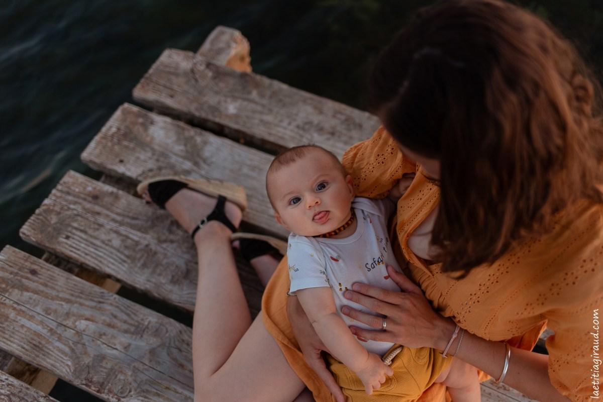 visage heureux de bebe apres son allaitement
