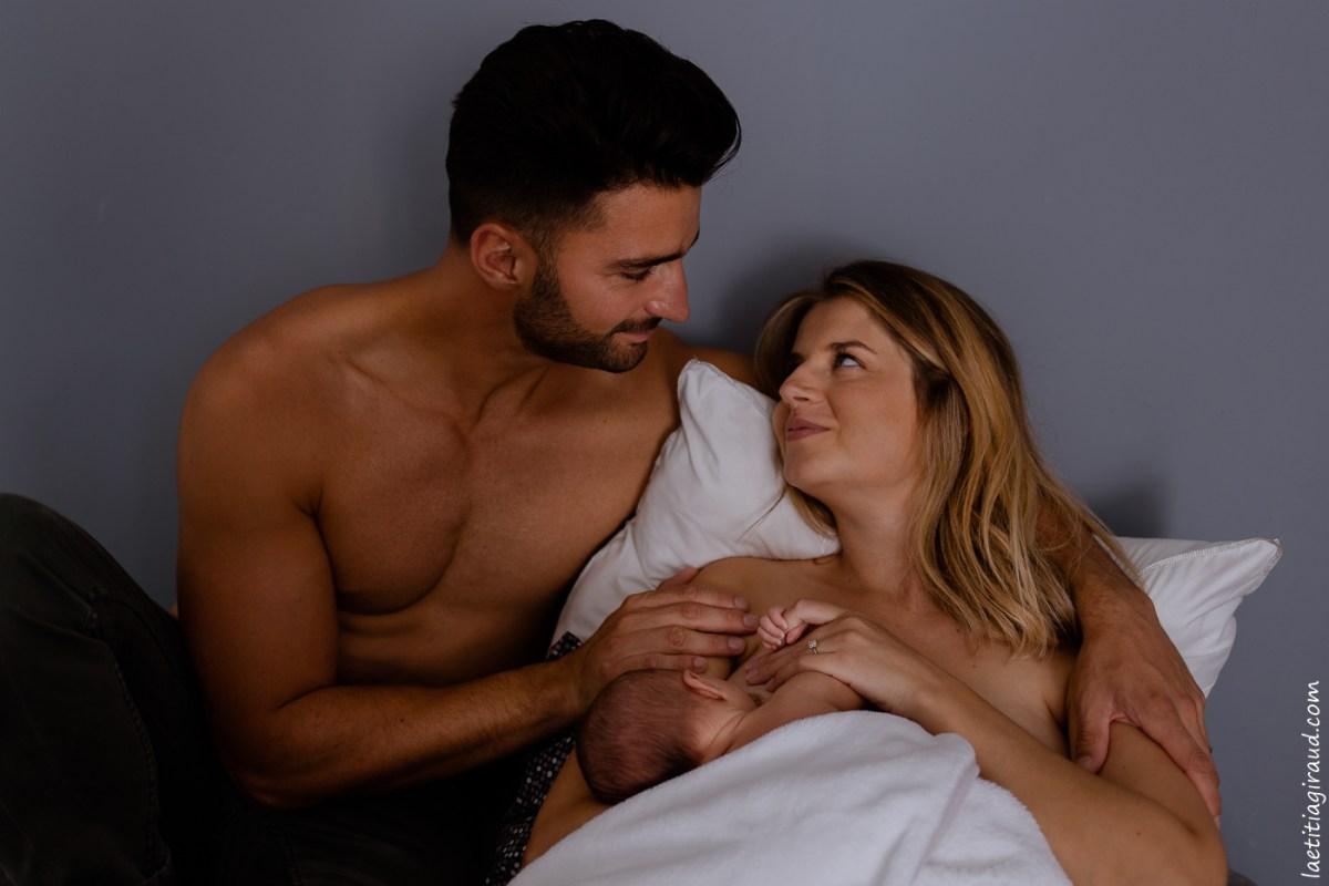 jeunes parents qui se regardent amoureusement