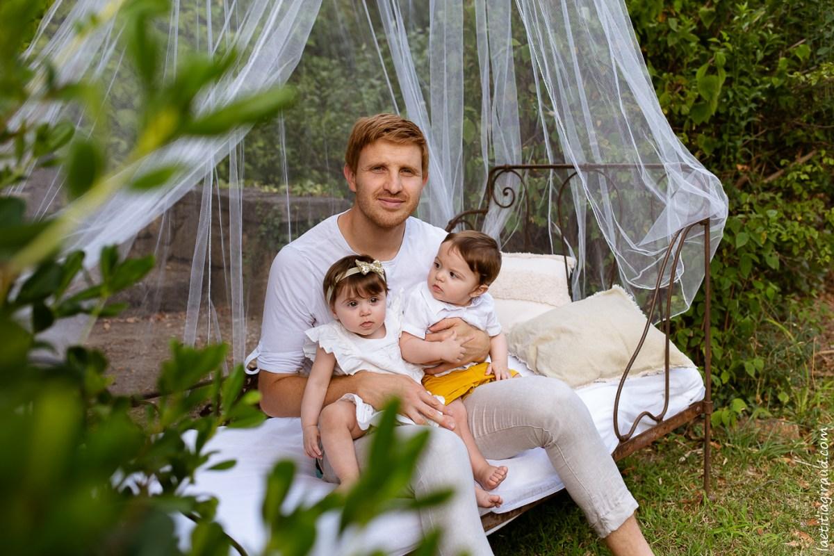 les jumeaux avec leur papa pour une belle photo de famille
