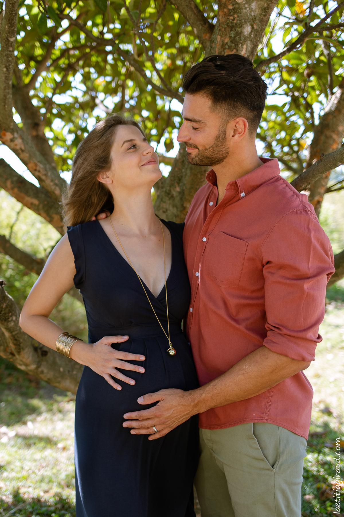 couple amoureux qui attendent la naissance de bébé