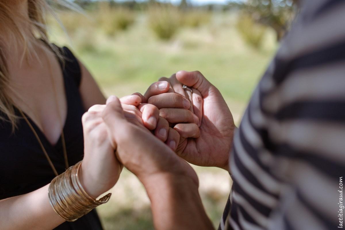futurs parents qui se prennent dans la main