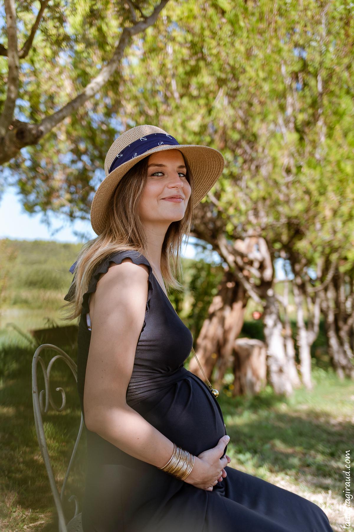 enceinte et alitée asssise dans son jardin pour des photos