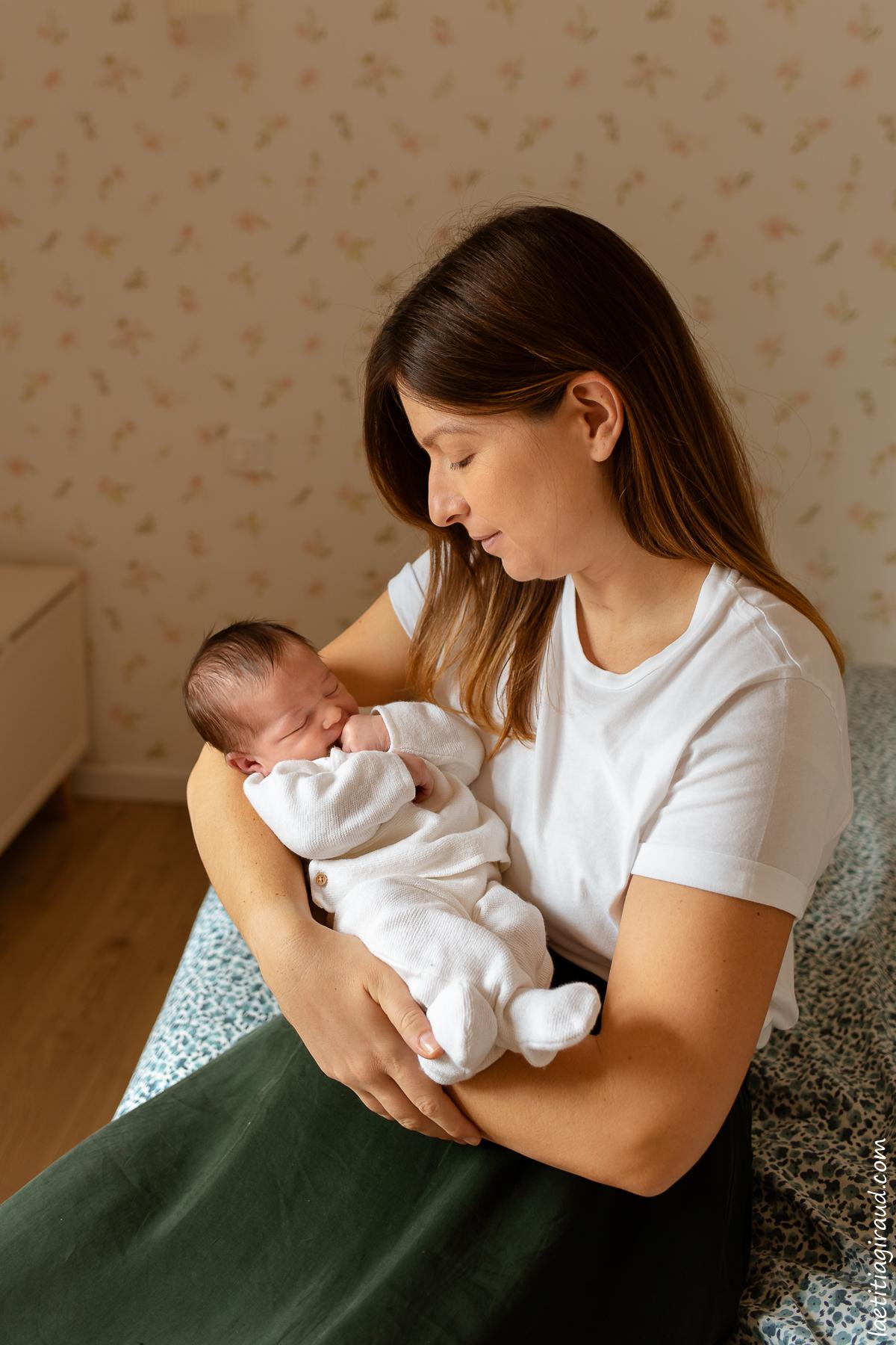 maman qui regarde son nouveau né avec amour