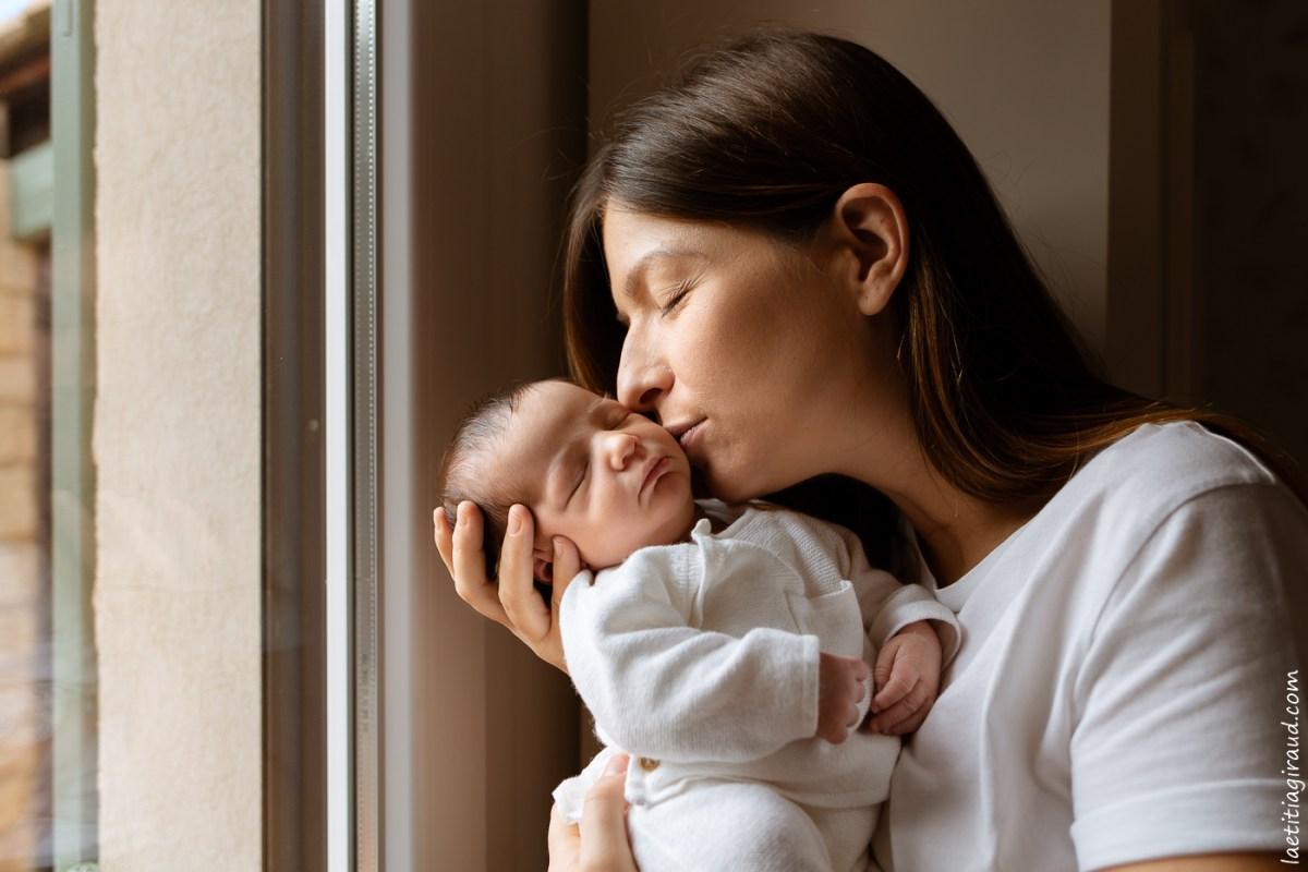 moment de tendresse maman et nouveau né