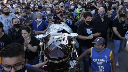 Desgarrador: una multitud despidió los restos del Wey Zapata