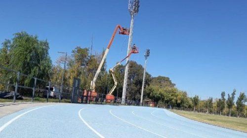 Los atletas celebraron la nueva iluminación de la pista sintética «Ñandú» Morales