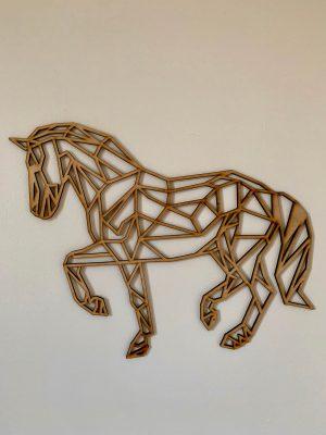 Cheval design en bois géométrique (origami) Ce sublimeCheval design en bois géométrique (origami) est parfait pour votredécoration. Fan de cheval ou d'équitation ? En lui offrant cette décorationvous serez sûr de lui faire plaisir ! Vous cherchez un objet de décoration pour le mur de votre maison? Ce cheval design en bois géométrique en origami est parfait pour vous. Cet objet de décoration murale vous permettra de donner une touche de modernité et de charme à votre maison. Elle est réalisée en bois de peuplier français et de différentes dimensions vous trouverez la taille parfaite pour les petits espaces comme pour les grands. C'est pourquoi ce cheval existe en 5 formats de 30cm, 40cm, 50cm, 60cm et 80cm. Suspendue avec petit clou ou posée sur une étagère (commode ), vous ne serez pas à court d'idée pour la mettre en valeur. Trophée animaux Sculpture Décoration murale Art mural Sculpture design et géométrique. Bois de peuplier 4mm issus de production durablecertifié FSC et PEFC.