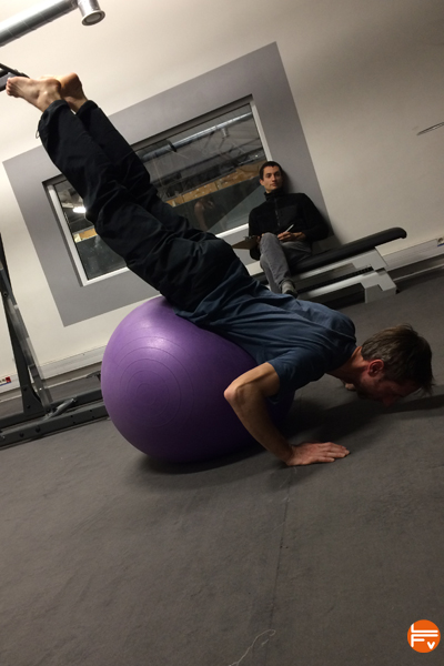 gainage-ballon-suisse-equilibre-progresser-escalade-entrainement-fonctionnel