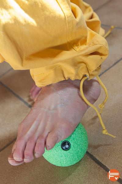 utilisation d'une balle blackroll pour l'échauffement des pieds