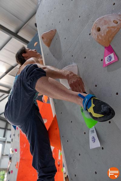 grimpeuse utilise prise talon avec ballerine edge simond