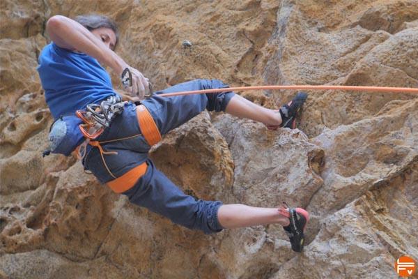 escalade en falaise crochet de talon granit corse bavella