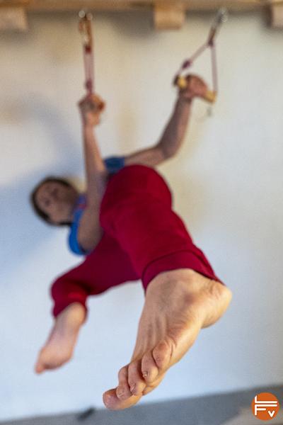 grimpeur pointe pieds vers une prise, entraînement fonctionnel du gainage