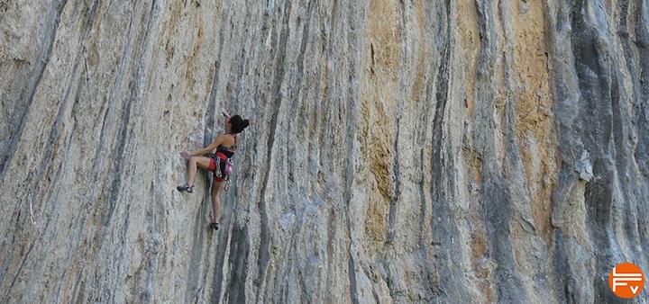 grimpeuse en falaise