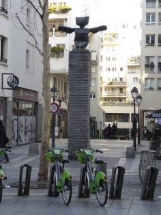 Bronze de Max Ernst à l'entrée rue Rambuteau (Bernard)