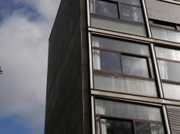 Verres réfléchissants et miroitants en plein soleil (Le Corbusier)