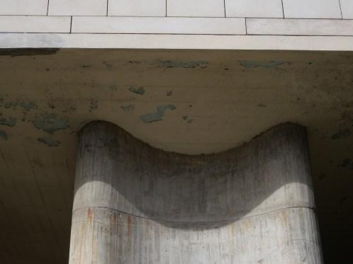 Brut de décoffrage: pilotis et plancher (Le Corbusier)