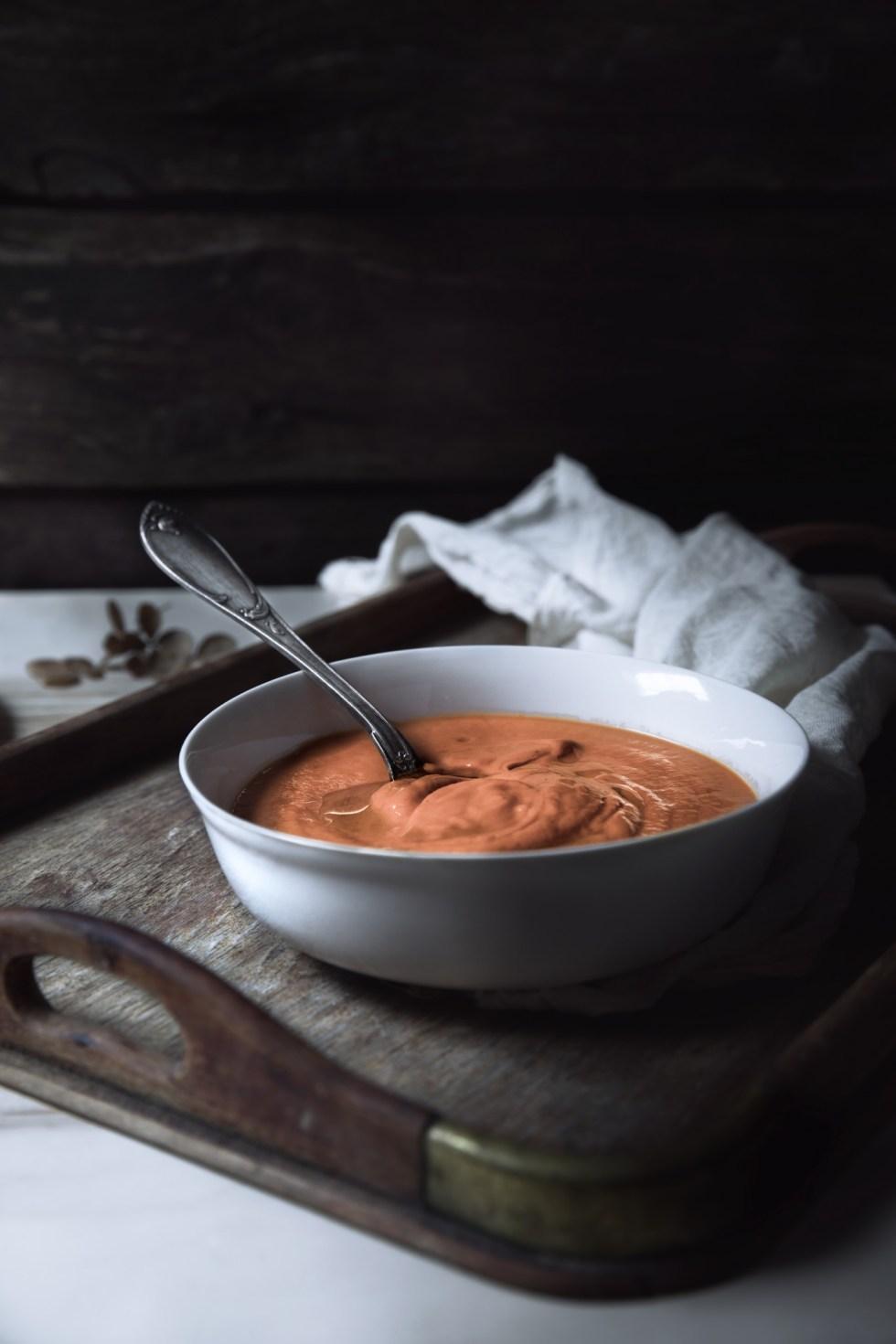 Velouté de poivrons rôtis à la ricotta {IG bas, sans gluten, végétarien} | www.lafaimestprochee.com