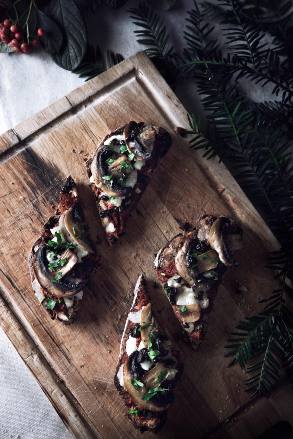 Toast de Noël tomates séchées, champignons, mozzarella et olives - Pain de seigle, noisettes et raisins secs Laurent Lachenal | www.lafaimestproche.com