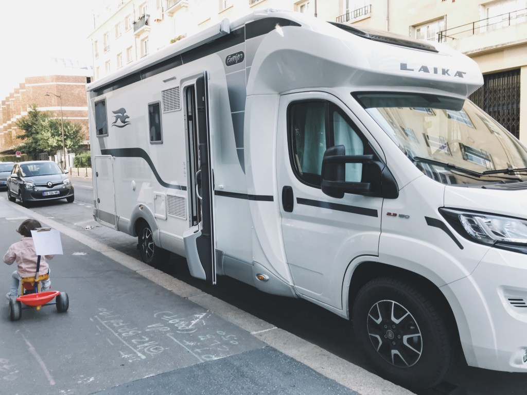 Camping-car devant l'appartement à Paris