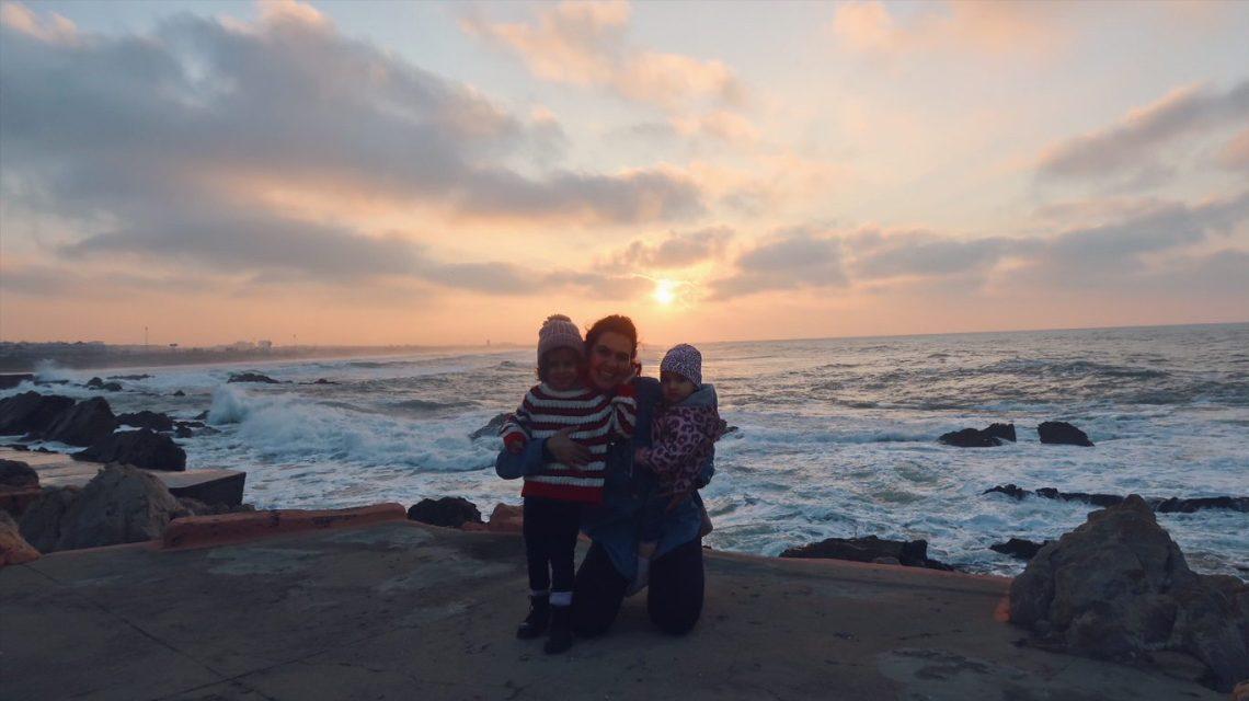 Kenza et les filles face à l'océan à Casablanca