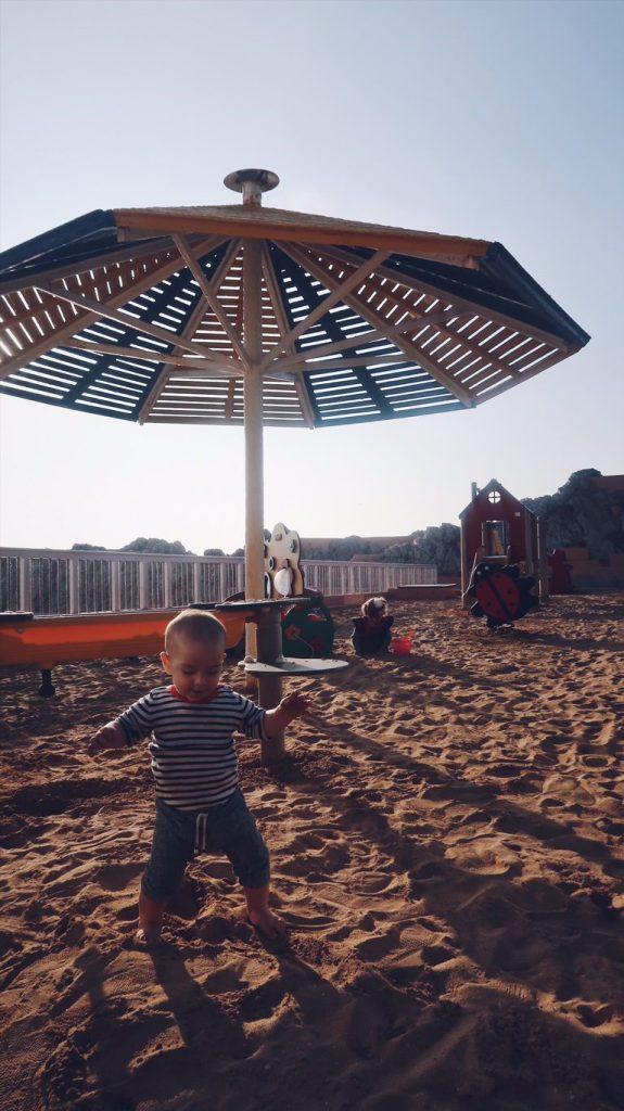 Les enfants sur la plage à Casablanca
