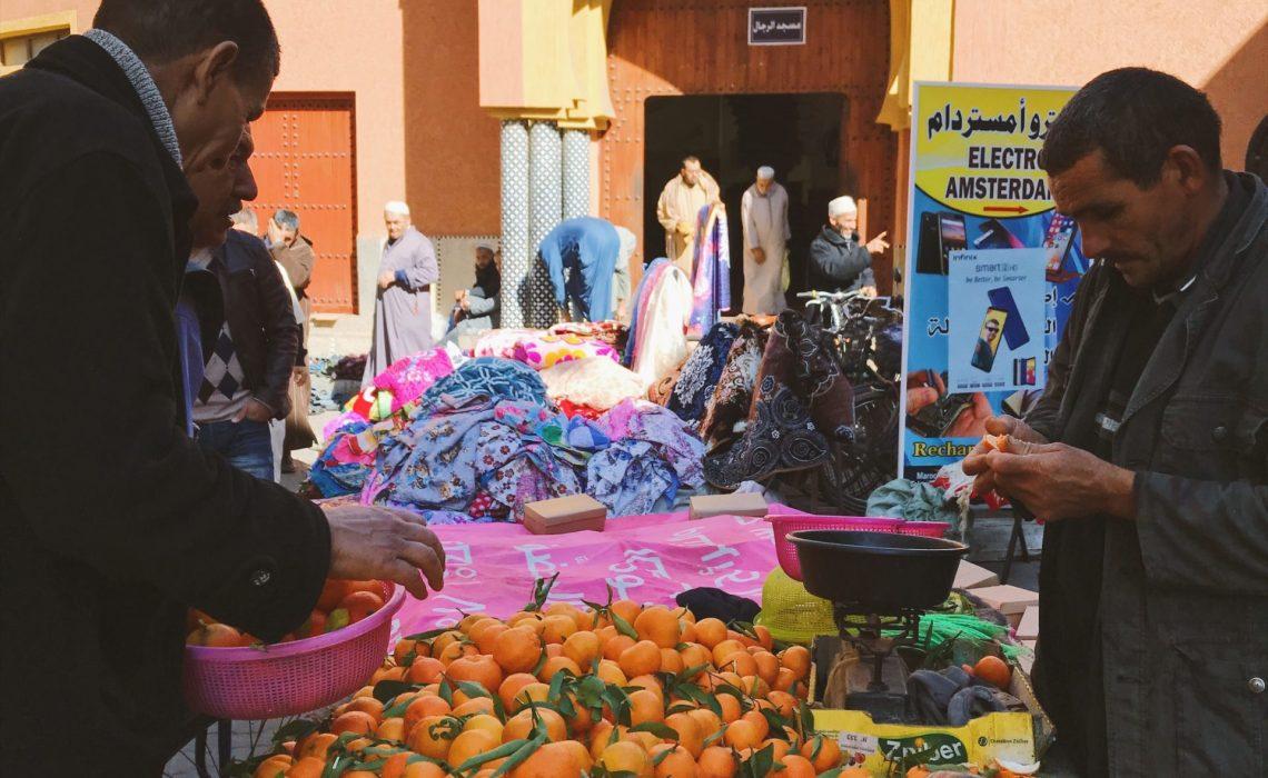 Vendeur de clémentines devant la mosquée à Tiznit