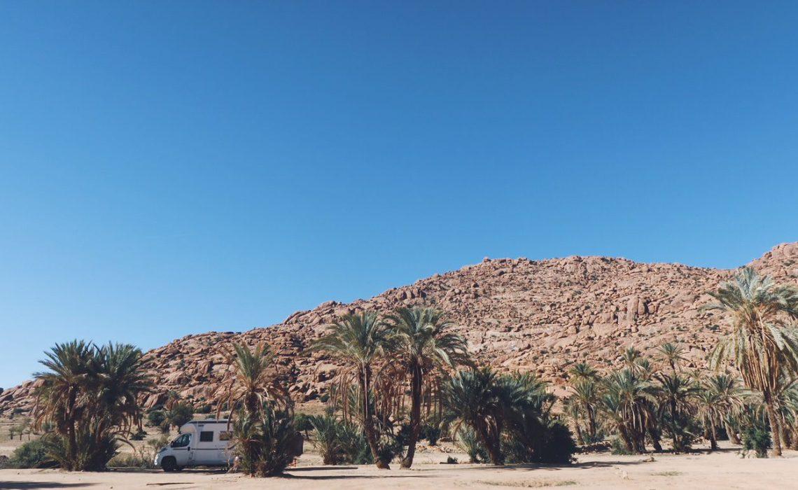 Voyage au Maroc bivouac camping-car dans la palmeraie de Tafraout