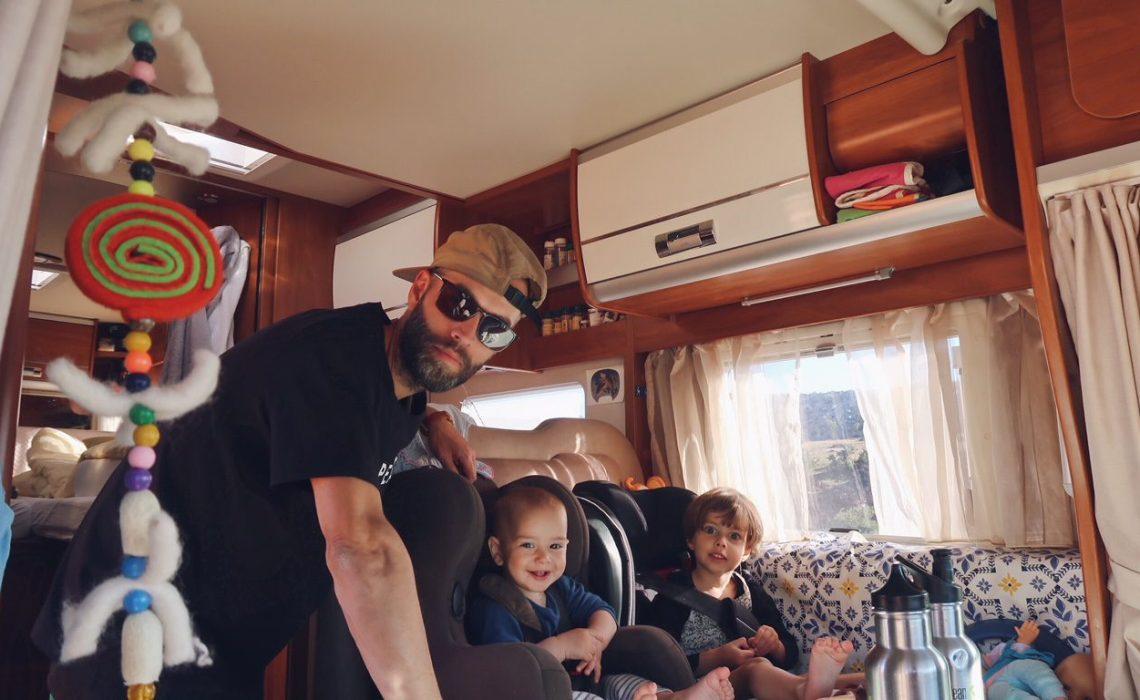 Voyage au Maroc La famille qui voyage dans le camping-car