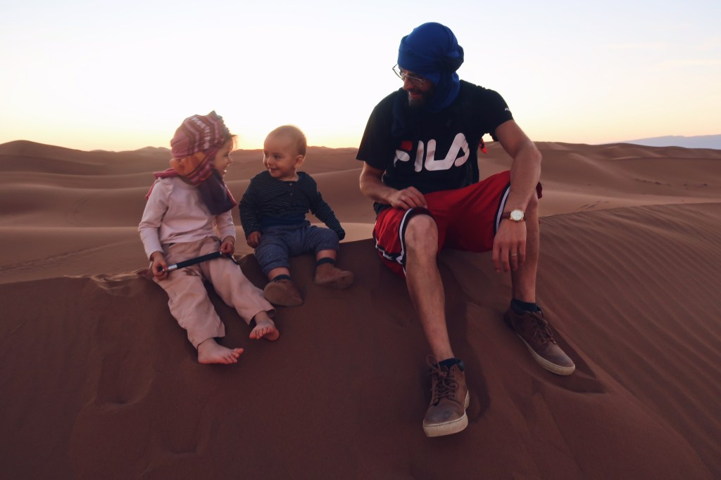 Voyage au Maroc Desert Sahara Erg Chegaga assis sur les dunes