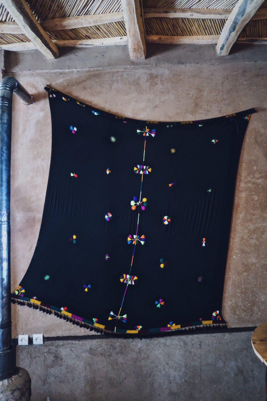 Voyage au Maroc vallée du Dades restaurant robe nomade