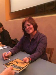 Isabel Buendía firmando uno de los ejemplares de Amarillo luciérnaga