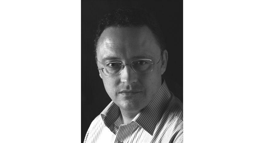 """Luis Leante Premio Edebé de Literatura Infantil y Juvenil con la novela """"Huye sin mirar atrás""""."""