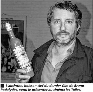 Bruno Podalydès fILM dIRECTOR HOLDING BOTTLE OF lA féE aBSINTHE