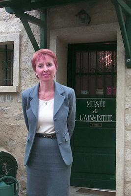 Marie-Claude Delahaye autside Musée de l'absinthe