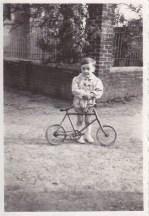 Enfant devant son vélo