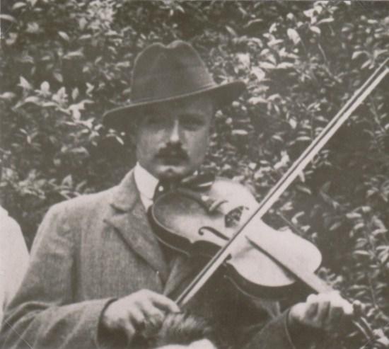 Léon Mazières jouant à une noce (coll. Eric Roux)