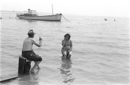 Couple ignoring the incoming tide, Southend on Sea, Essex, 1969. ©Homer Sykes/Courtesy Les Douches la Galerie