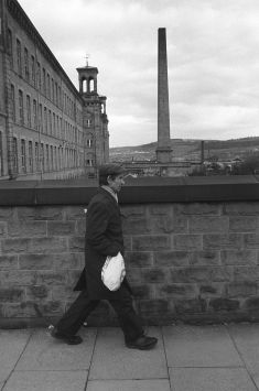 Factory worker going home, Salts Cotton Mill, Saltaire, Yorkshire, 1981. ©Homer Sykes/Courtesy Les Douches la Galerie