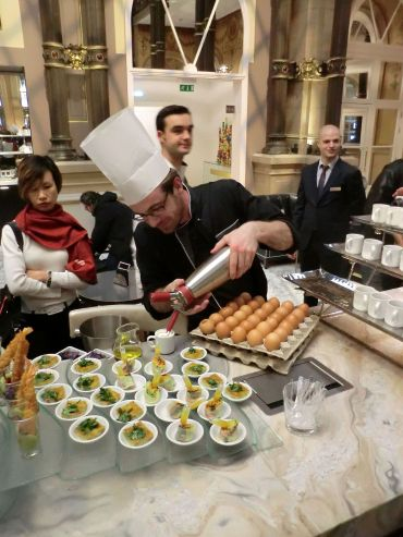 Eric du Hilton Paris Opéra en pleine préparation des œufs parfaits