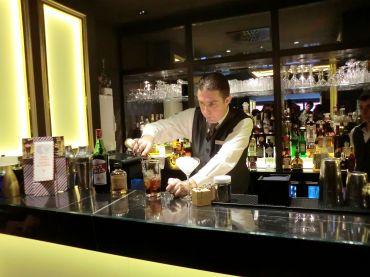 Pierre du Hilton Paris Opéra en pleine préparation de cocktails