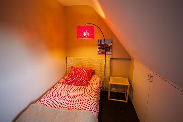 Chambre pour enfant avec lit une place. à côté de