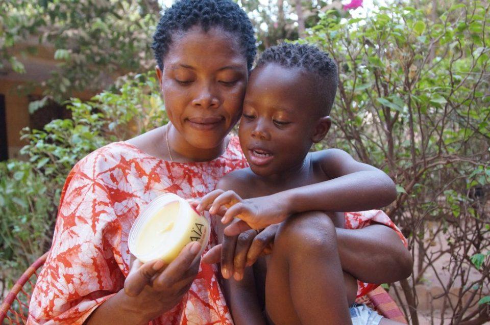 Mère et son enfant avec la pommade MAÏA