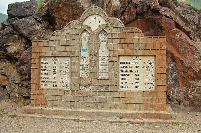 https://upload.wikimedia.org/wikipedia/commons/thumb/0/05/Start_Karkoram_Highway.jpg/800px-Start_Karkoram_Highway.jpg