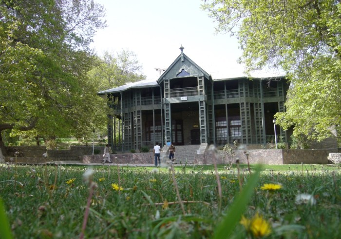 https://upload.wikimedia.org/wikipedia/commons/6/6f/Ziarat_Residency.jpg