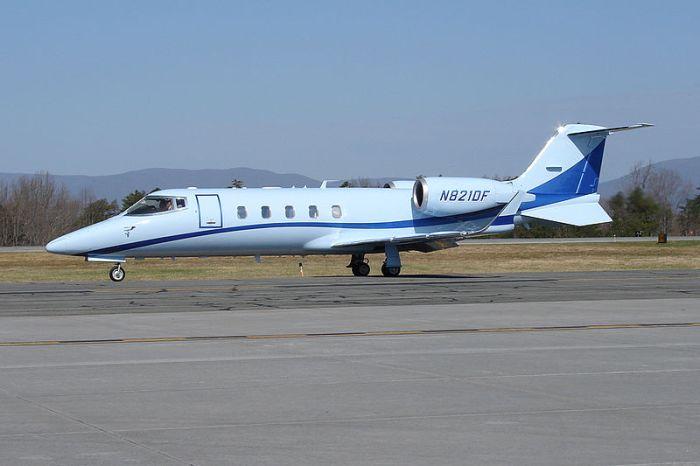 File:Learjet 60 (N821DF) @ CHO (13641523035).jpg