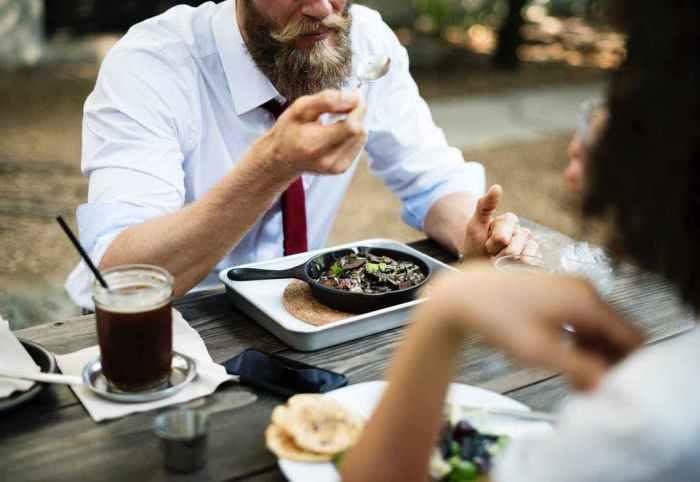 https://i2.wp.com/lafzblog.overstockpk.com/wp-content/uploads/2019/04/man-eating-food-at-table.jpeg?w=700