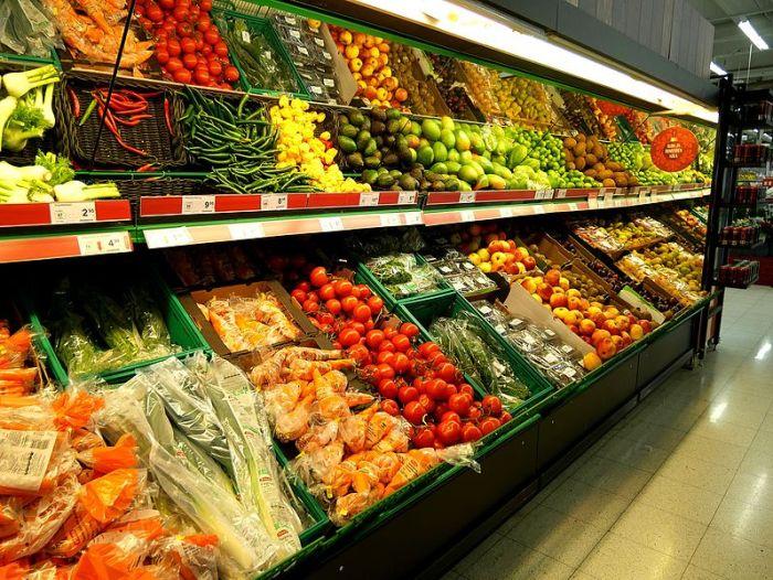 File:Fruits and vegetables at market.jpg